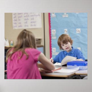 教室の女の子(10-11)および男の子(6-7)の読書 ポスター