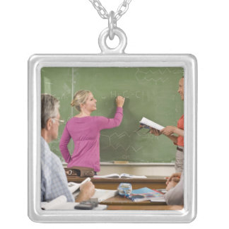 教室の学生そして先生 シルバープレートネックレス
