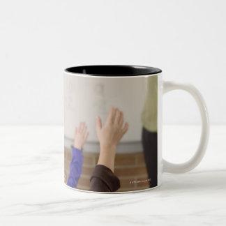 教室の学生 ツートーンマグカップ