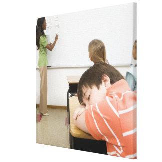 教室の机で眠っている男の子 キャンバスプリント
