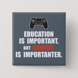 教育は重要ですが、賭博はimportanter…です 5.1cm 正方形バッジ