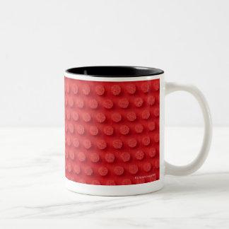 散りばめられた卓球のマクロイメージを雇います ツートーンマグカップ