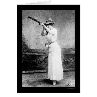 散弾銃1914年を持つトラップ射撃の女性 カード