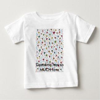 数々のなハートA7の祖母に愛がそんなにあります ベビーTシャツ