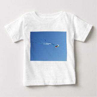 数々のな色の長い尾凧 ベビーTシャツ