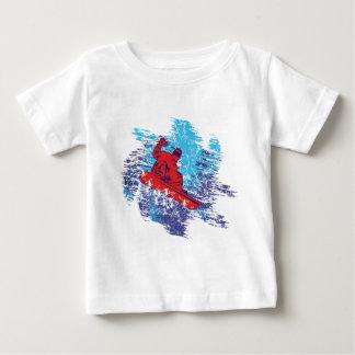 数々のな色のSnowbarder Cathchingの高い雪の漂流 ベビーTシャツ
