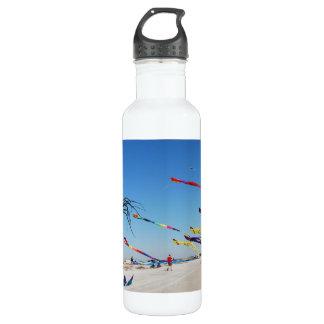 数々のな色凧は空を絵を描きます ウォーターボトル