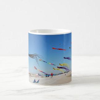 数々のな色凧は空を絵を描きます コーヒーマグカップ