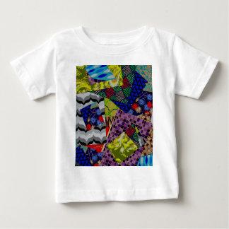 数々のパターン(の模様が)あるなデザインのベビーの衣類 ベビーTシャツ
