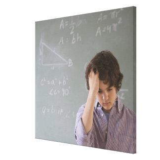 数学の黒板の前の十代の男の子 キャンバスプリント