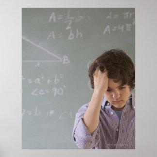 数学の黒板の前の十代の男の子 ポスター