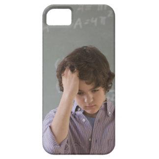 数学の黒板の前の十代の男の子 iPhone SE/5/5s ケース