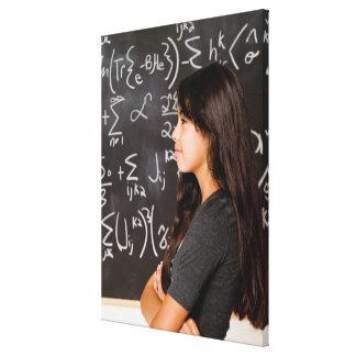 数学の黒板の10代の少女学生 キャンバスプリント