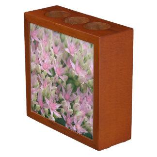 整頓されたかわいらしいピンクの熱帯花の机 ペンスタンド