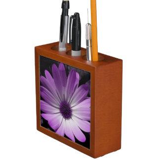 整頓された紫色のデイジーの花の机 ペンスタンド