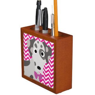 斑点を付けられた犬のショッキングピンクおよびシェブロン白いパターン ペンスタンド