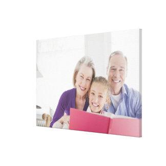 料理書をとの読んでいる微笑の祖父母 キャンバスプリント