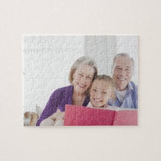 料理書をとの読んでいる微笑の祖父母 ジグソーパズル