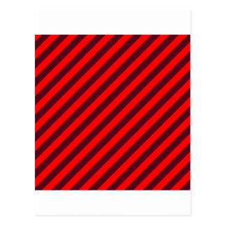 斜めのストライプRed2赤くおよび暗い深紅 ポストカード