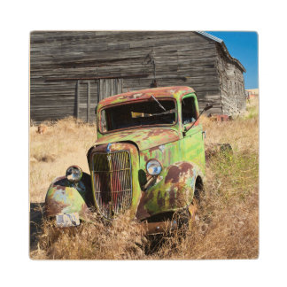 断念された農場の前の錆つく車 ウッドコースター