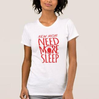 新しいお母さんの必要性より多くの睡眠の赤いあくびのスローガンのTシャツ Tシャツ