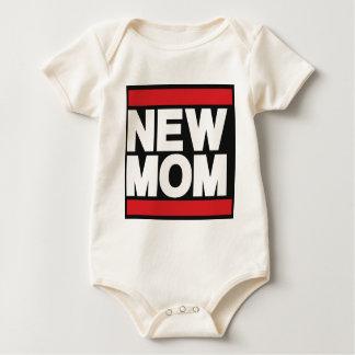 新しいお母さんの赤 ベビーボディスーツ