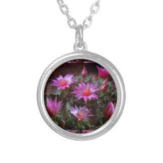 新しいサボテンのサボテンの花: 野生のエキゾチックな花ショー シルバープレートネックレス