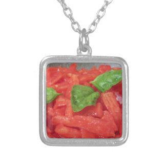 新しいトマトを使用して手製のトマトソースの調理 シルバープレートネックレス