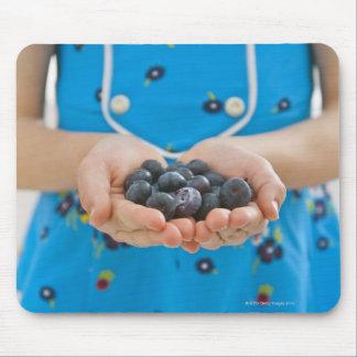 新しいブルーベリーを握っている女の子 マウスパッド
