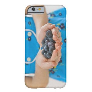 新しいブルーベリーを握っている女の子 BARELY THERE iPhone 6 ケース