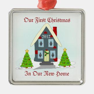 新しい家の休日の私達の初めてのクリスマス メタルオーナメント