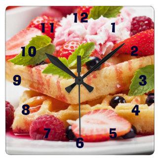 新しい果実フルーツが付いているワッフルのケーキ スクエア壁時計