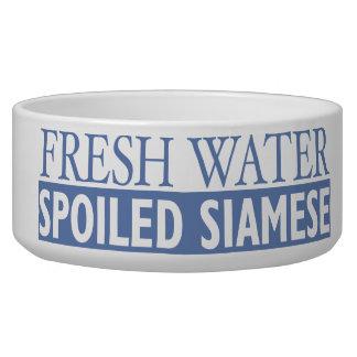 新しい水のだめにされたシャム