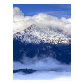 新しい降雪および雲が付いている穂先のピーク ポストカード