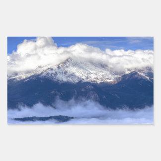 新しい降雪および雲が付いている穂先のピーク 長方形シール