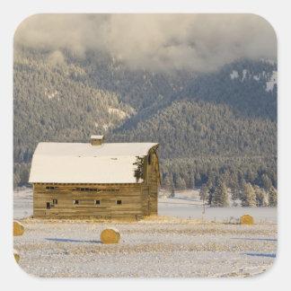 新しい雪2の後の素朴な納屋および干し草ベール スクエアシール