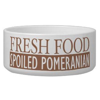 新しい食糧だめにされたポメラニア犬