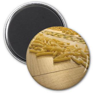 新しくイタリアンな手製のパスタのさまざまな組合せ マグネット