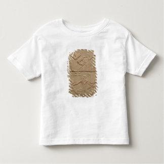 新生のコブタをがちである人を描写するレリーフ、浮き彫り トドラーTシャツ