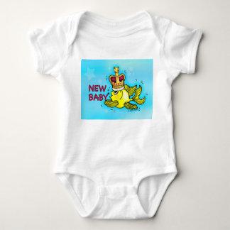 新生児の幸運な金魚の身に着けている王冠のTシャツ ベビーボディスーツ