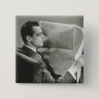 新聞を読んでいるビジネスマン 5.1CM 正方形バッジ