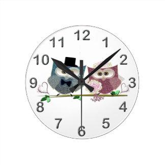 新郎新婦のかわいいフクロウの芸術 ラウンド壁時計