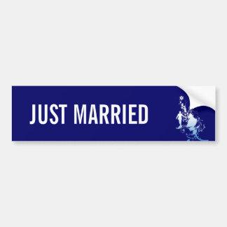 新郎新婦のたった今結婚しましたのバンパーステッカー バンパーステッカー