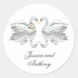 新郎新婦を結婚しているロマンチックな白鳥 ラウンドシール