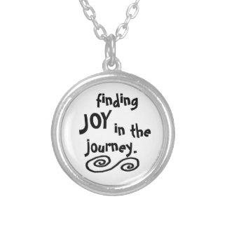 旅行のネックレスの喜びを見つけること シルバープレートネックレス
