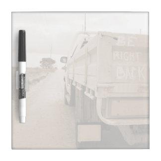 旅行は右の背部景色の砂利道の空のユート語です ホワイトボード
