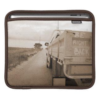 旅行は右の背部景色の砂利道の空のユート語です iPadスリーブ