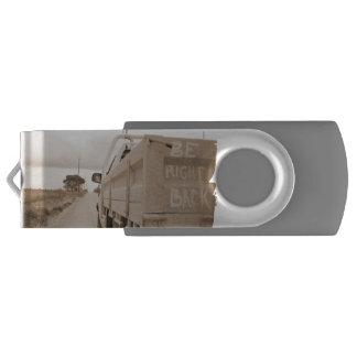 旅行は右の背部景色の砂利道の空のユート語です USBフラッシュドライブ