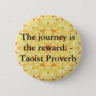 旅行は報酬です。 -道教徒の諺 5.7CM 丸型バッジ