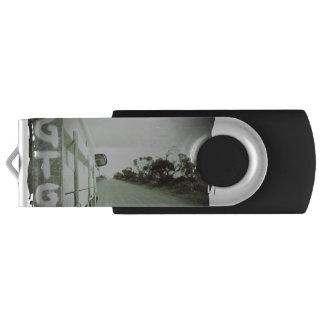 旅行GTGの緑および黒い景色の砂利道の空 USBフラッシュドライブ